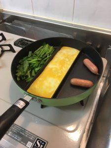 センターエッグトリプルパンを自宅のキッチンで使用する様子