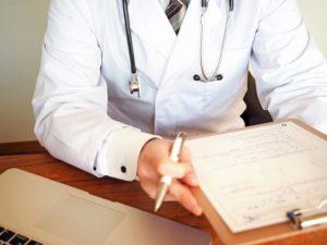 カルテを持つ医師の画像