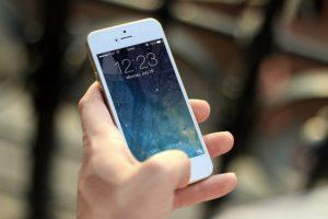 スマートフォンを持つ手元