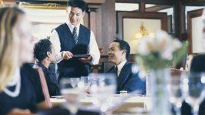 レストランのウェイターと客