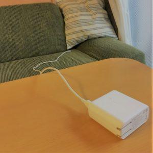 ソファでアンカーのモバイルバッテリーを使用する様子