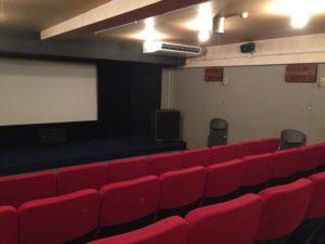 映画館の座席とスクリーンの写真