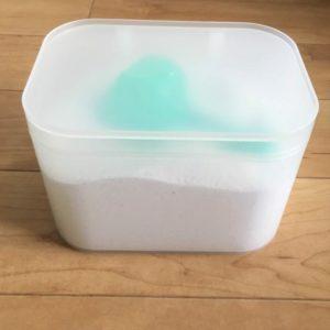 100均のダイソーで買った粉末洗剤のケースにアタック詰め替え用を入れてふたをした写真